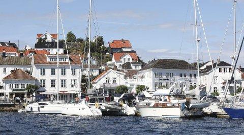 Sommertrafikk: Selv om Lofoten står øverst på lista for nordmenns ferieønsker i år, kommer Risør og Sørlandet på en sterk fjerdeplass. Private utleieboliger er snart fullbooket for juli.  foto: stig sandmo