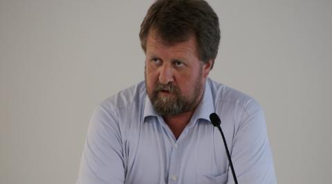 Ordfører Torbjørn Klungland (Frp) svarte på spørsmålene fra Hogstad.