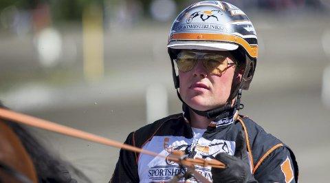 22 år gamle Erlend Rennesvik er et kusketalent fra Bergen som lørdag har vinnersjanse i et storløp på Solvalla, hvor det er ventet 25.000 tilskuere.