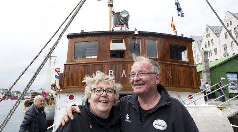 STUERT OG MASKINIST: Kåre Kvalvik er maskinist, mens konen Olaug er stuert. –Jeg har en veldig forståelsesfull kone, sier 76-åringen.