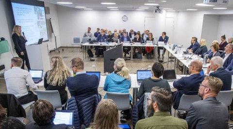 Her hører de mange politikerne og byråkratene på Solveig Paule fortelle om byvekstavtalen de forhandler om.