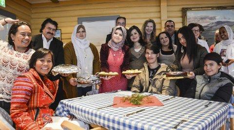 Juleavslutning: Alle elevene tok med bidrag til julebuffeten - syriske, iranske, filippinske og eritreiske spesialiteter ble servert side om side med pinnekjøtt.