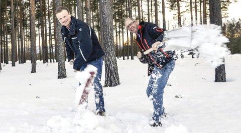 Spar seg fram: Øyvind Wiger (t.v.) og Arne Skretteberg lover at de skal få vekk all snøen før terrengløpet på Furumo 14. april. – Det blir nok uansett litt ekstra arbeid i år, men det får stå til, sier Skretteberg,