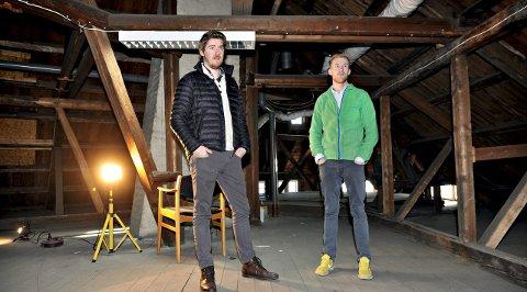 FORTVEILER: Christer (t.v.) og Henrik Larsen frykter at de sitter med et verdiløst og uomsettelig råloft etter kommunens trenering og krumspring. Nå håper de politikerne tar grep.