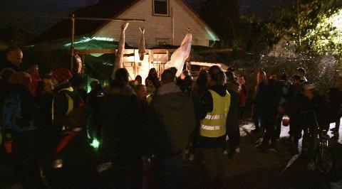 Små og store: Flokket seg rundt huset i Rennaveien på Flateby de to timene «moroa» varte.