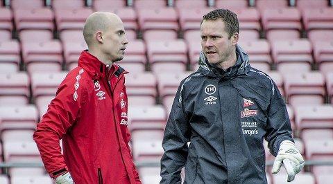 PÅ KEEPERJAKT: Per Morten Kristiansen (til venstre) er ønsket av Molde og FFK. Her i samtaler med klubbens keepertrener Tommy Haglund. Foto: Geir A. Carlsson