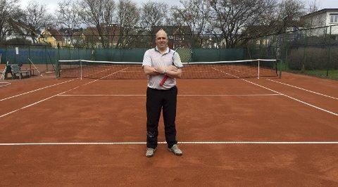 – velkommen! Leder i Fredrikstad tennisklubb, Kenneth Reinaas, ønsker gamle og nye medlemmer velkommen til en ny sesong.begge foto: erik a. pedersen