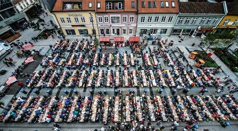 I Fredrikstad bor det nå 80.977 mennesker, og vi vokser i bra driv. Her er noen av oss samlet under rekefesten på Stortorvet i september i fjor.