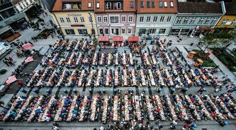 Stor vekst: I Fredrikstad bor det nå 80.121 mennesker. Over halvparten av befolkningsveksten de siste årene skyldes innvandring. Her er mange av kommunens innbyggere samlet under rekefesten på Stortorvet i september i fjor.