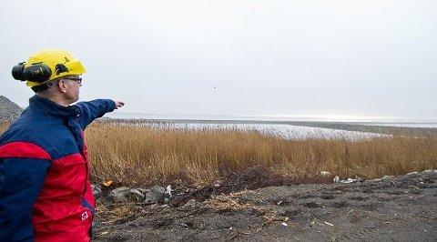 Her skulle Frevar ta imot mudder fra Røsvikrenna: Frevar-direktør Fredrik Hellström peker ut området som skulle tilrettelegges. Året er 2012. Sju år senere venter han fortsatt. Nå er avtalen sagt opp. (Arkivfoto: Johnny Leo Johansen)   .