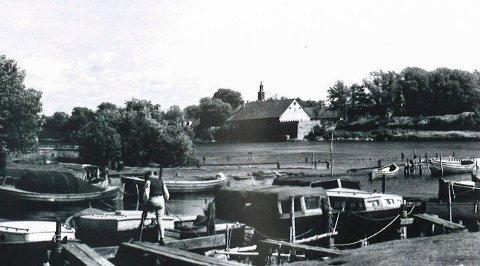 Nøkledypet: Knut Edvardsen har mange minner fra båthavna og området gjennom 50-tallet. Han skrev en artikkel i 1984 som gjengis i årboka til historielaget.