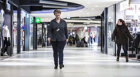 FYLLES OPP: Både butikker og kunder er på vei tilbake til Østfoldhallene. Senterleder Anne Vik har et håp om at 2020 alt i alt ikke blir så verst.