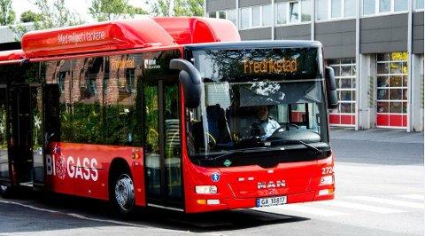 BEDRE KAPASITET: Fjerning av setemerkingen på bussene gjør at bussene får flere sitteplasser.