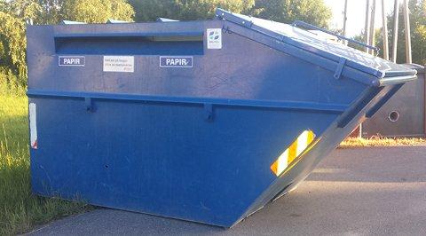 BLÅ: I sommer kan du benytte en av kommunens 15 containere til papiravfall.