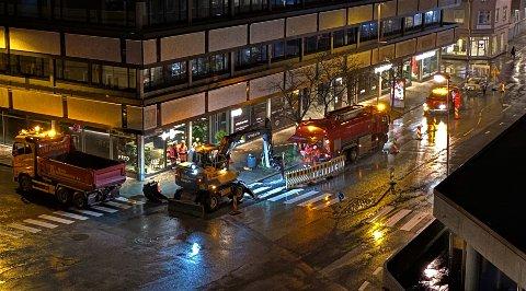 Kjøretøyene er godt synlige, der de sperrer deler av veibanen i Farmannsgate i sentrum.