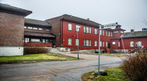 Emil Mørchs Minne var byens eldste sykehjem da det ble lagt ned i 2019. Trebygget til høyre ble oppført i 1905.