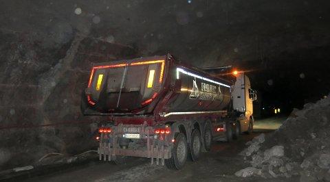 I FULL SVING: Her kjører en lastebil ut masser som er sprengt inni Fagernestunnelen.