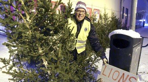 JULEGRAN: Det er like mørkt og kaldt som tidligere år, men juletreselger Per Røren konstaterer at det er blitt langt færre kunder. For få år siden solgte Lionsklubbene over 200 julegraner i Narvik og på Ankenes. I år har de kun hogd 125.Foto: Frode Danielsen
