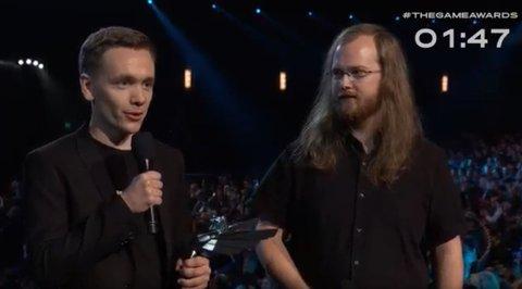 Her er Thomas Nilsen (27) og Martin Lien (23) på scenen under The Game Awards i Los Angeles, for å ta imot prisen de vant for beste studentspill.