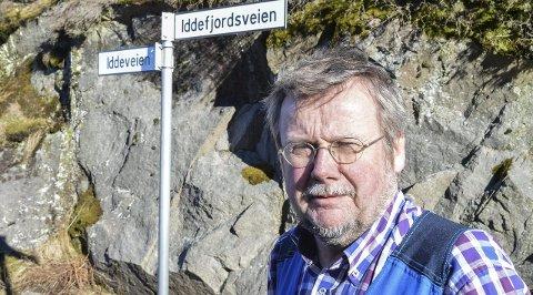 VEIFORVIKLINGER: Bor jeg i Iddeveien eller Iddefjordsveien? Spør Tex Strandberg. Kommunen har endret veinavnene, men skiltingen er feil. Her viser skiltet tydelig at Iddeveien går til venstre, men kommer du fra motsatt side, så er samme vei skiltet som Iddefjordsveien.