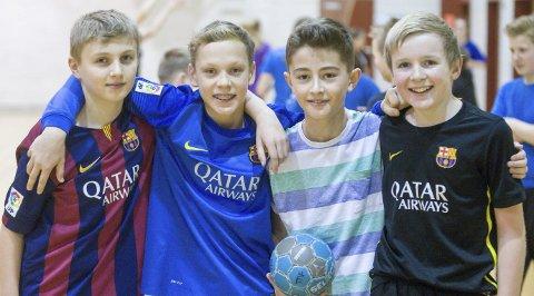 KAMERATSKAP: Idrett binder små og store sammen. Dette bildet er hentet fra en skolehåndballcup. Arkiv