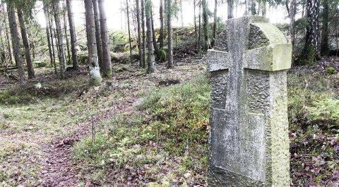 EGEN KIRKEGÅRD: Slik ser gravmonumentet ut der en del av slavene på Fredriksten festning ble gravlagt for over 170 år siden.