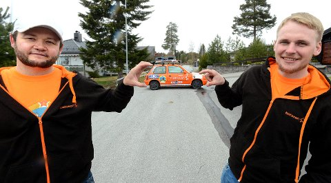 LITEN: Bilen Kenneth Waleniussen (til venstre) og Marcus Olsen skal kjøre fra Trysil til Mongolia er liten, men ikke så liten som den ser ut på bildet her.