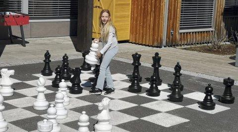 JENTEBOOM: Greveløkka Sjakklubb har en bevisst satsing for å rekruttere jenter til klubben, blant annet ved å engasjere en den meritterte Sheila Barth Stanford som trener. Caisa Aalberg (bildet) er en av fem jenter i klubben som har ekstratreninger med den proffe treneren.