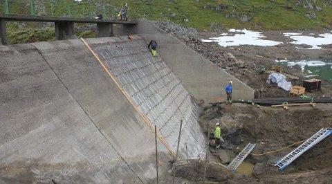SEKS MANN I ARBEID: Her ved Blåvatnet er Høyer i full sving med å utbedre demningen som holder 400 millioner kubikk vann. Foto: Boliden