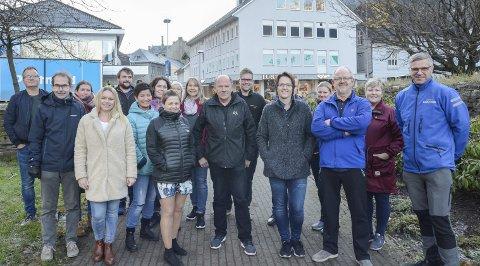 Samlet gjengen: Inge Lægreid (i midten), leder i Odda By, omgitt av medlemmer i den lokale handelsstandsforeningen. – Vi håper at lokalbefolkningen velger å legge julehandelen hos oss, sier de.begge foto: Ernst Olsen