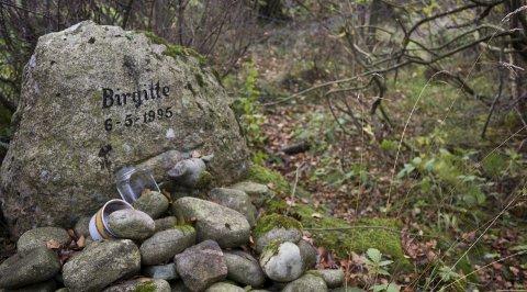 Åstedet: 17 år gamle Birgitte Tengs ble funnet drept i utmarka ved Gamle Sundvei på Karmøy, ikke mange hundre meterne fra hennes hjem. En minnestein ble satt på stedet. Arkivfoto: Gaute-Håkon Bleivik