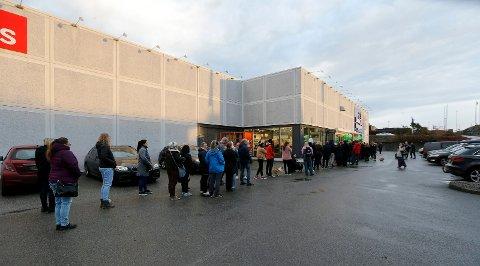 STORT OPPMØTE: Torsdag åpnet Musti ny butikk på Raglamyr. Køen strakte seg langt rundt bygget før dørene åpnet kl.10.