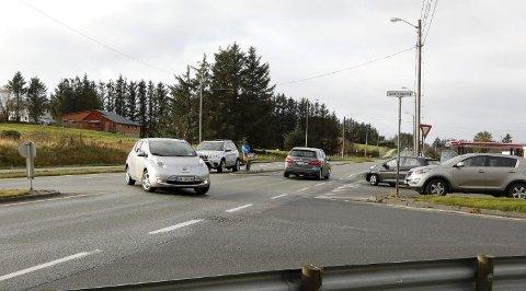 Planene om omkjøringsveien har kostet bilistene ca. 80 millioner kr. Det er mitt håp at Århus, Høyre og andre partier/politikere begynner å forholde seg til realitetene fremover. I Veakrossen har man ventet i mange år på ny rundkjøring. Den lange ventetiden skyldes utelukkende omkjøringsveien.