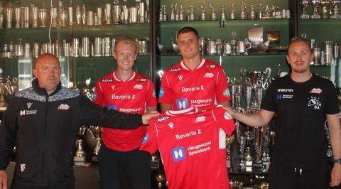 KLARE: Kristoffer Stava (til venstre) og Andreas Endresen signerte for Vard torsdag. Her sammen med trener Kolbjørn Fosen (helt til venstre) og daglig leder Stian Mæland (til høyre).