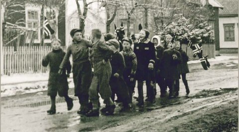 JUBILEUM: Andre verdenskrig er populært lesestoff blant Far etter fedranes trofaste tilhengerskare, og jubileumsutgaven vier mye plass til emnet. Forsidebildet er fra et spontant 17. mai tog i Mosjøen i 1941.