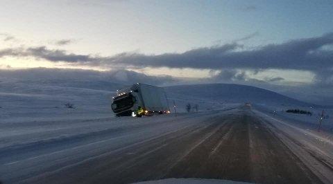 Slik så det ut over E6 Sennalandet klokken 12:11 torsdag. Hverken Vegtrafikksentralen eller politiet i Finnmarks operasjonssentral har traileren som står ved siden av veien i sine logger.