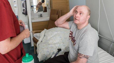 MIDDAG: - Vil du ha middagen nå? spør hjelpepleier Wenche Laupstad som kommer innom. På Ken Tores venstre overarm vises det tatoverte navnet til hans førstefødte datter.