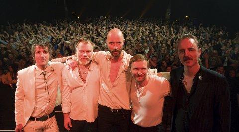 MITT HAMMERFEST PÅ SCENEN: Madrugada inviterte Mitt Hammerfest opp på scenen for å ta et bilde. Alle foto: Trond Ivar Lunga