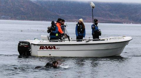 TØFT: Kjendisene imponerte, sier André Larsen som her har fotografert vinneren Jon Almaas på svøm.