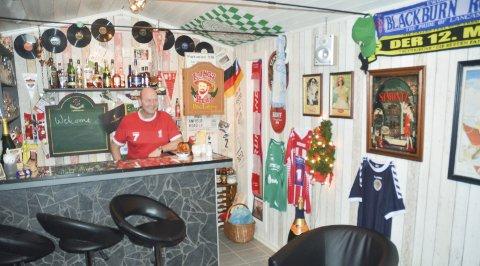 Pubvert: Lasse-Henning Engen har egenhendig bygget fotballpuben This is Anfield i sin egen hage på Sørumsand.