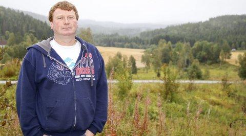 FOR: Hvis småflyplassen som er planlagt i nabolaget hans kan kombineres med en bilsportbane, er Jimmy Granlund positiv til planene. Ellers vender han tommelen ned til flystøy.Begge foto: Torill Funderud