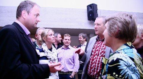DEBATT: Klepp-politikerne diskuterte lenge ordlyden i forslaget om å ta helsegrep, men ble til slutt enige. Fra venstre foran: Vidar Haugland (H), Ane Mari Braut Nese (H), Sigmund Rolfsen (Ap) og Hilde Kraggerud (Sp). (Foto: Nina Kalvatn Opsahl)