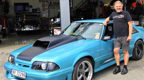 MOTOR: Tor Petter Saurdal poserer med Ford Mustangen han selv har bygget og kjører løp med