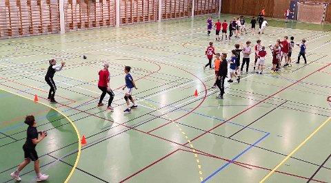 Gutter 10 og 11 fra Bryne håndballklubb i aksjon på trening.