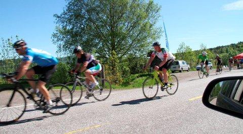 Sykkel vs bil: En evig kilde til mulige konflikter i trafikken. Foto: Pål Nordby