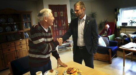 Høie: Finn Johnsen hilste på helseminister Bent Høie på sykehjemmet. Arkivfoto: Jarl Rehn-Erichsen