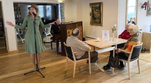 SKAPTE STEMNING: Sanger Christine Meyer og pianist Geir Langslet hyllet store, kvinnelige sangere under konserten de holdt i regi av Den kulturelle spaserstokken på Kjærsenteret fredag.