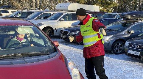 Travelt: Parkeringsvakt Jan Ivar Meldre var den travleste mannen søndag, og han skrøt av hvor godt humør alle var i til tross for parkerings- og trafikkvansker. Foto: Pål Nordby