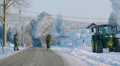 LØP I KULDA: Her løper Karsten Warholm mot Lars Halvor Stokstad Oseruds traktor, som styres av trener Leif Olav Alnes. Oserud selv fungerte som starter.