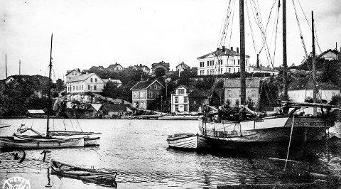 Barthebrygga sett fra Øya: Dette er et gammelt postkort stemplet i 1916. Fotografen har stått på Øya og sett mot Barthebakken og Barthebrygga. Til høyre ligger en liten skute, «Vikingen» av Kragerø. Ved Barthebrygga, der ferjeleiet var tidligere, skimtes en torpedobåt som var dampdrevet. Dette var under 1. verdenskrig og i disse årene (1914–1918) lå slike fatøyer av og til i Kragerø.